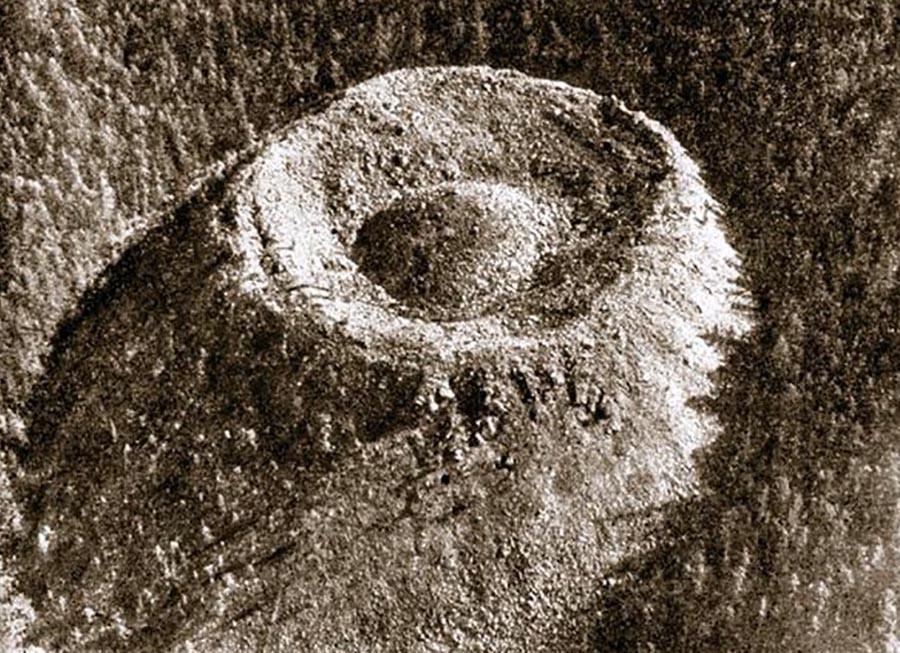 La primera fotografía de cráter Pátomski, tomada en 1971.
