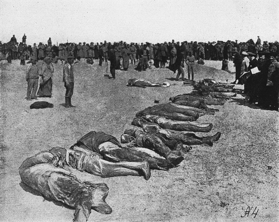 イェウパトーリヤにおける1918年冬の赤色テロの時に殺された犠牲者の死体。ボルシェヴィキが死体を黒海に投げ捨てたが、潮と波で1918年の夏の日に海岸に戻された。