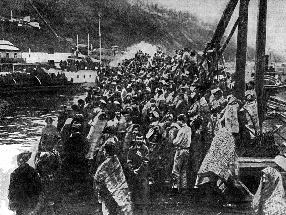 白色テロの犠牲者。白軍に囚われたソ連の国民たちがヴォルジスカヤ小艦隊の水兵によって助けられ、船に乗せられた。1918年10月。