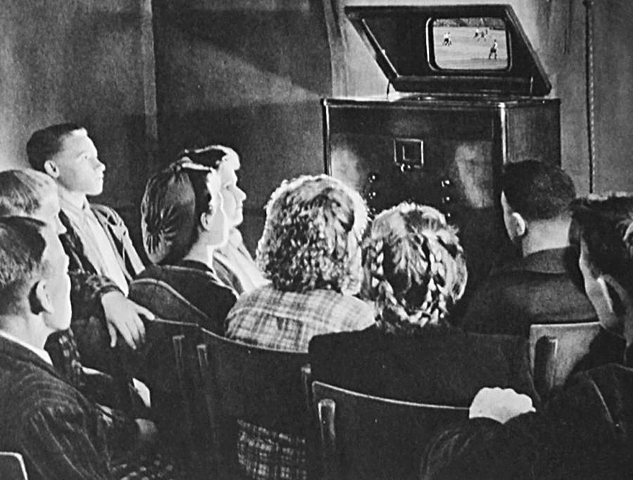 モスクワ州のコルホーズ(集団農場)でサッカーファンがモスクワのディナモ・スタジウムで行われている試合の応援をしている。テレビは1939年に生産された、画面が14Х18 センチの「ТК-1」。
