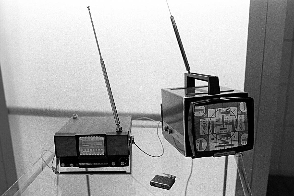 VDNKh、ラジオ=エレクトロニクス とコミュニケーションの展示館。「Elektronika50」と「Elektronika VL-100」テレビ。