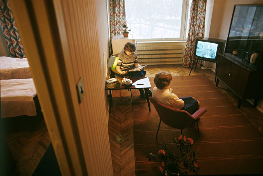 モスクワの労働者ホステルのアパートにて。