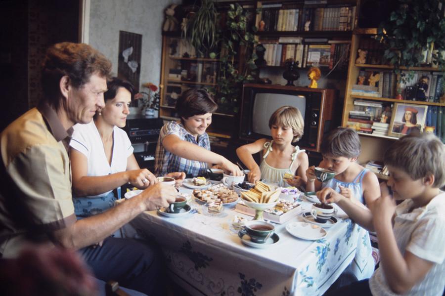 4人の子供から成るペツシコフ家族の大きな家族がナージャ(真ん中)の11才の誕生日を祝っている。