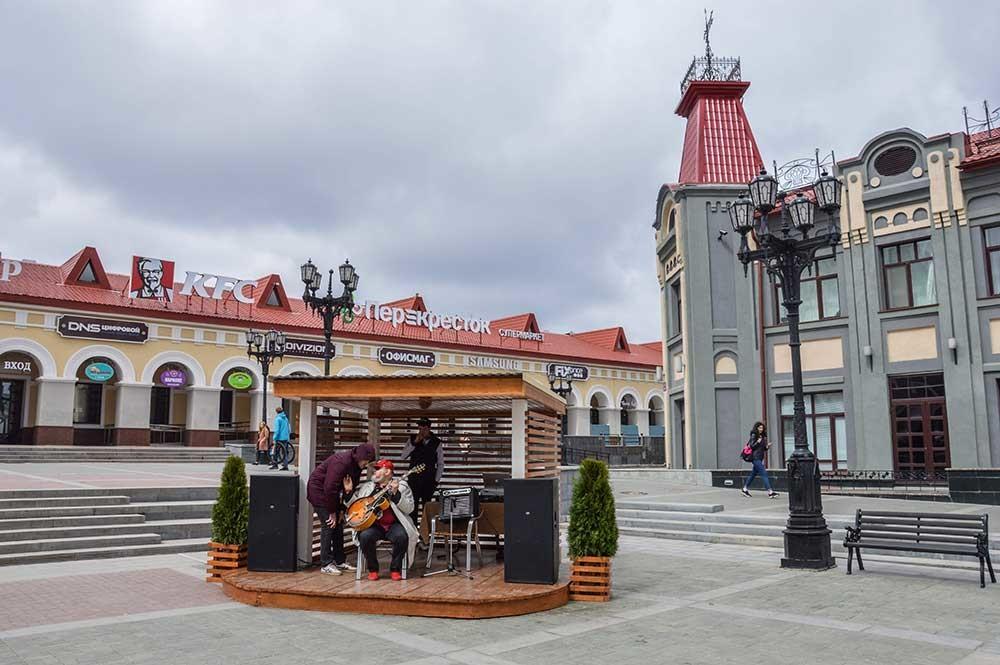 修復されたヴェルフネトルゴフスカヤ広場は都市の中心部にあり、雰囲気が暖かい。