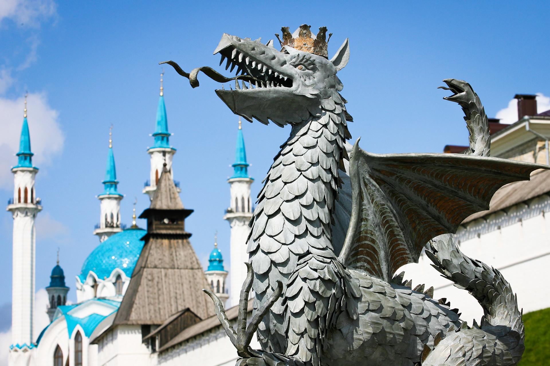 カザンの象徴であるジラント(タタール語で「ジラント」は「蛇」という意味)。「カザンの日」の祝いの時。後ろにはクル=シャーリフ・モスク。