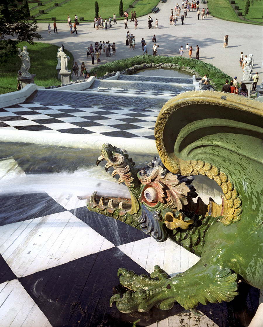 カスケード「チェス盤の丘」。建築家たちはヨハン・ブラウンシュタイン、アレクサンドル・ル・ブロン、ニコロ・ミケッチ、ミハイル・ゼムツォフ、ユーリ・フェリテン、ニコライ・ベノワ。.ペテルゴフ、下の公園。