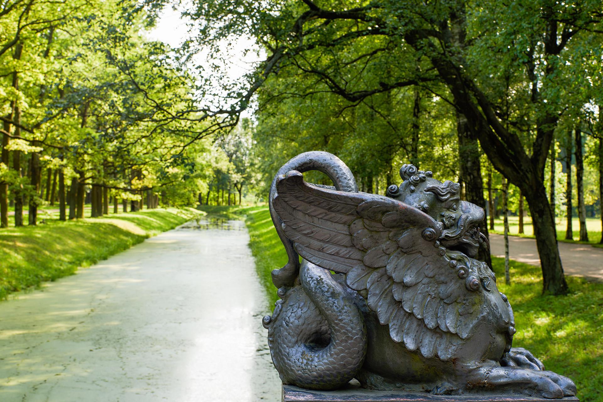 ドラゴン橋の彫刻。プーシキン市の野外博物館ツァールスコエ・セローにあるアレクサンドロフスキー公園。
