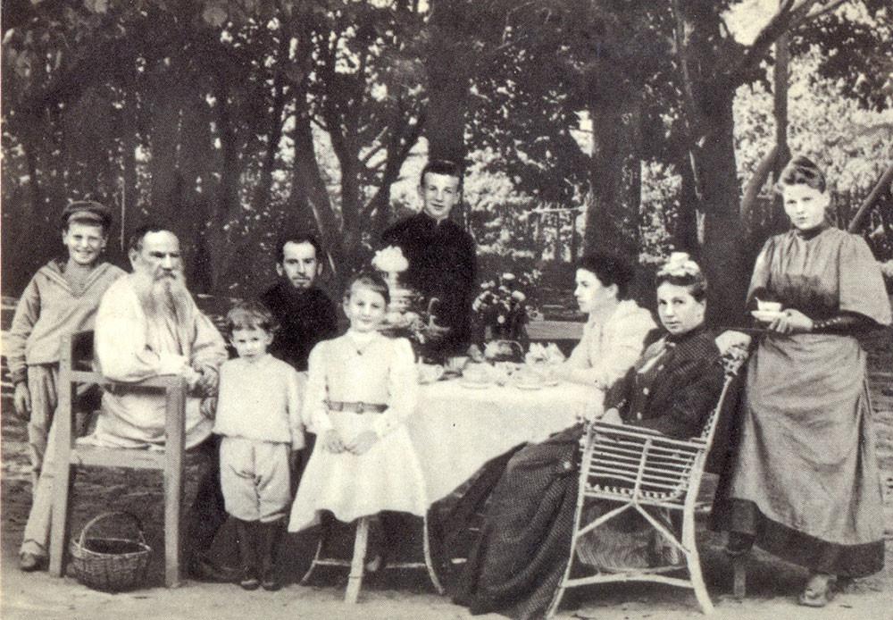 1892. Lev Tolstói con su familia merendando en un parque.