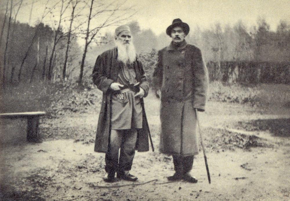 1900. Lev Tolstói y Maxim Gorki, el famoso escritor ruso de principios del siglo XX.