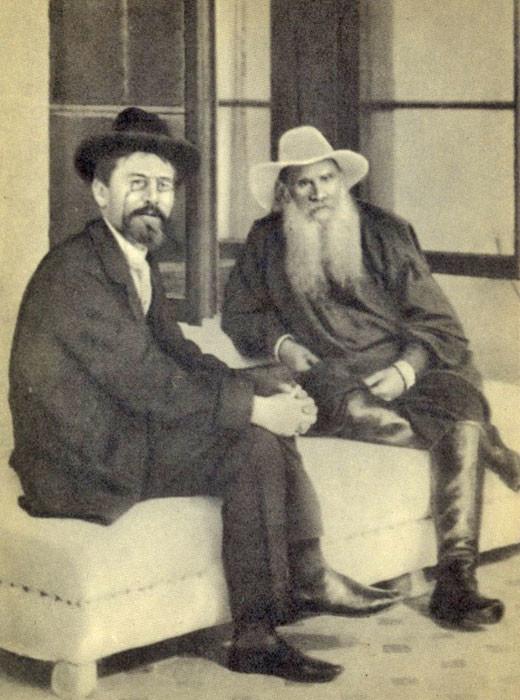 1901. Lev Tolstói y Antón Chéjov, escritor y dramaturgo ruso.