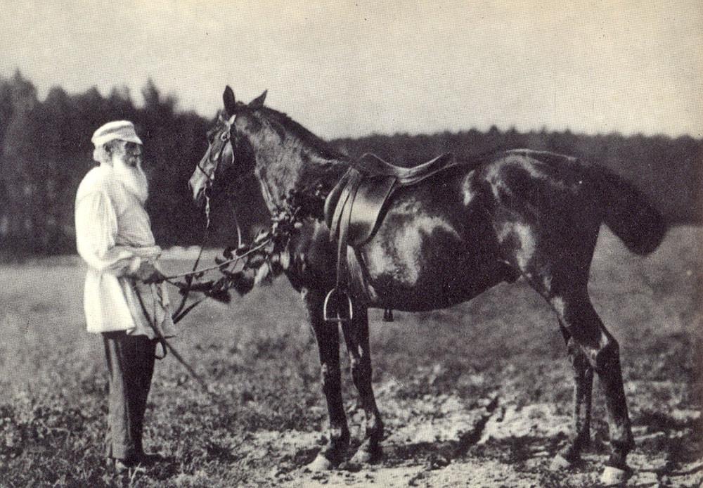 1908. Lev Tolstói y su caballo Delir.