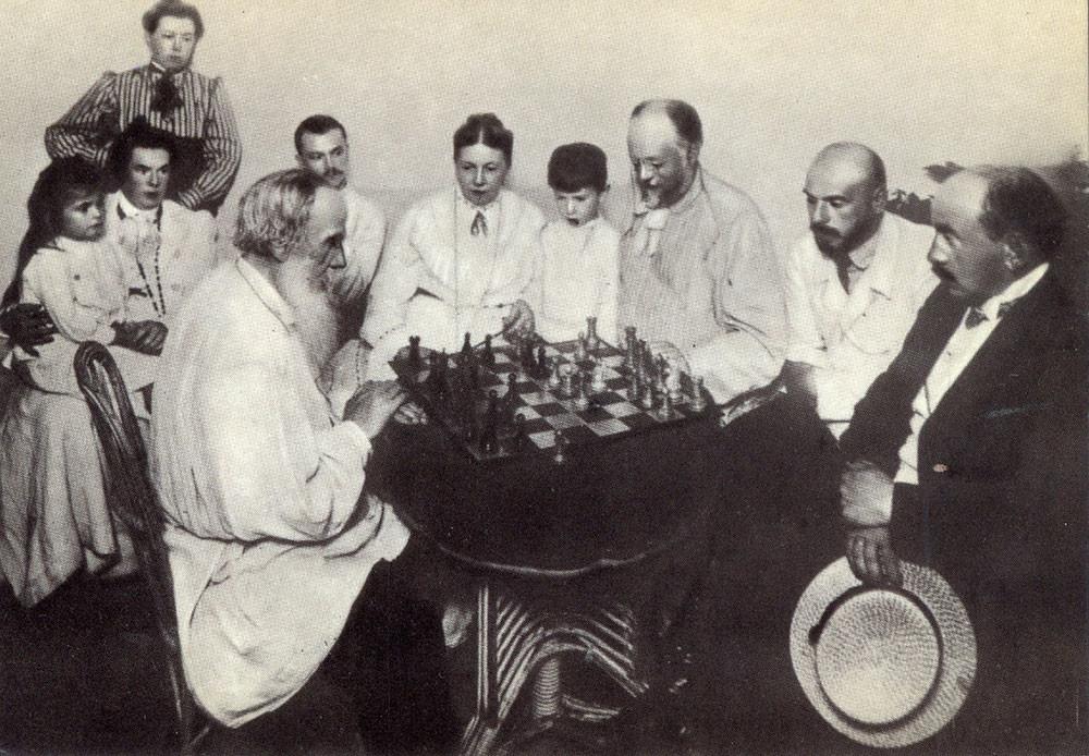 1908. Lev Tolstói jugando al ajedrez con un amigo de la familia en Yásnaia Poliana.
