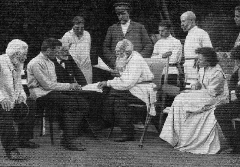 1910. Lev Tolstói leyendo sus obras a unos amigos.
