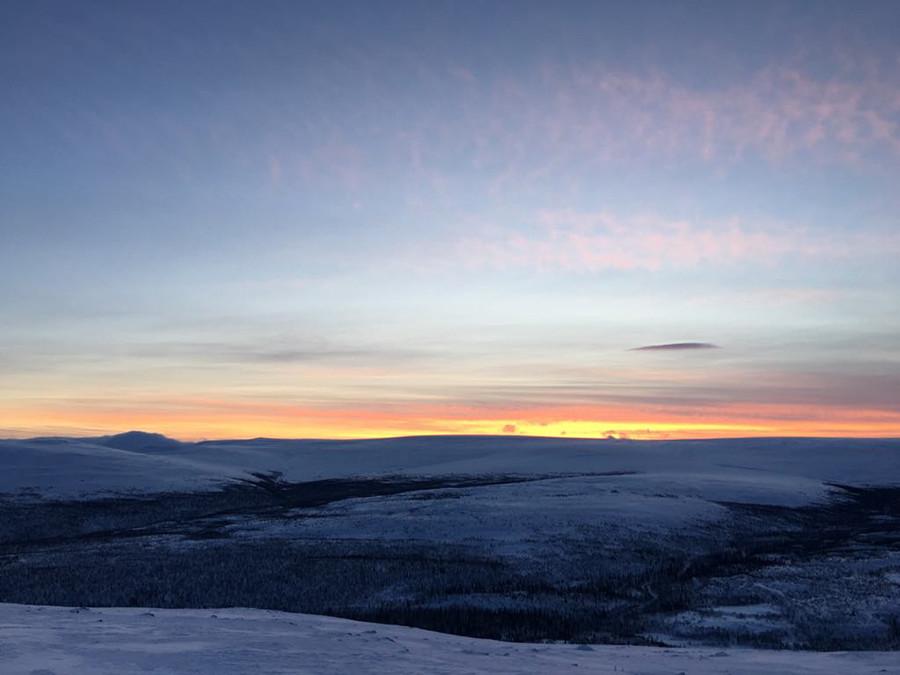 Pemandangan dari puncak gunung pada siang hari. Matahari tidak akan terbit sampai beberapa minggu ke depan.