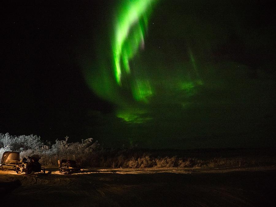 Aurora borealis di atas tundra.