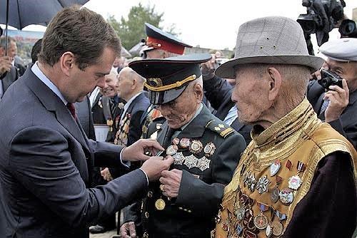 Дмитрий Медведев награждава монголски ветерани от битката при Халхин Гол