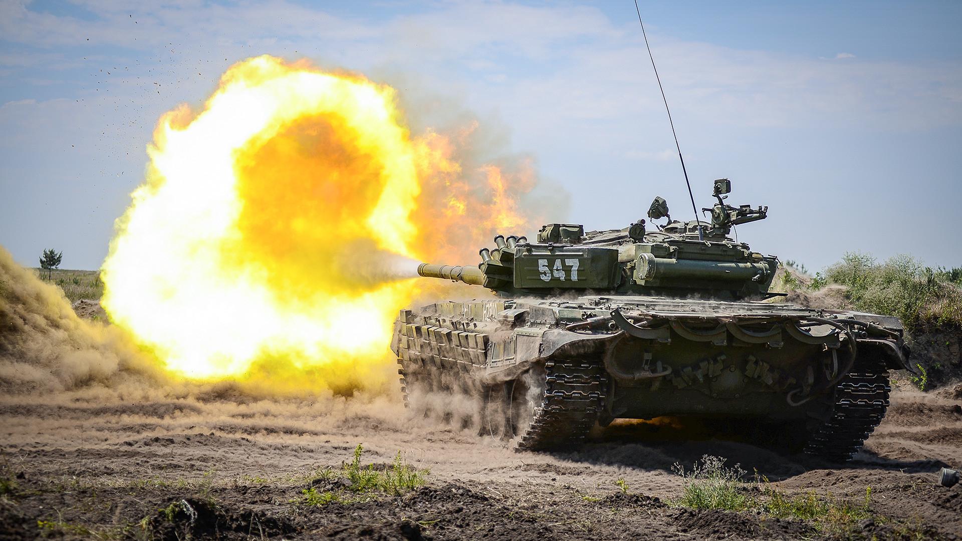 西部軍管区の20親衛部隊の戦車「T-72B」。ヴォロネジ州ポゴノヴォ試射場での演習。