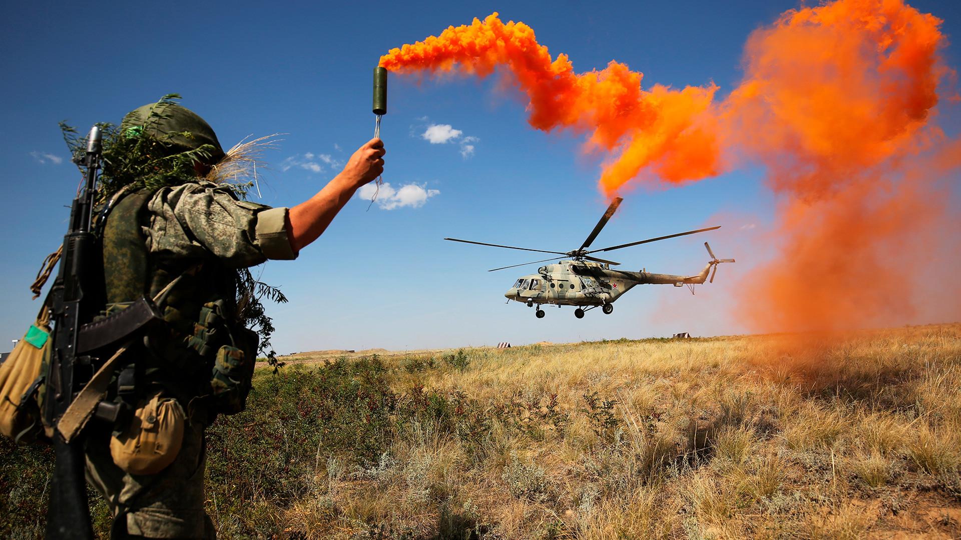 南部軍管区での戦術演習に参加している軍人。ヴォルゴグラード州、「プルドボイ」試射場。後ろには戦闘機「Mi-8」。