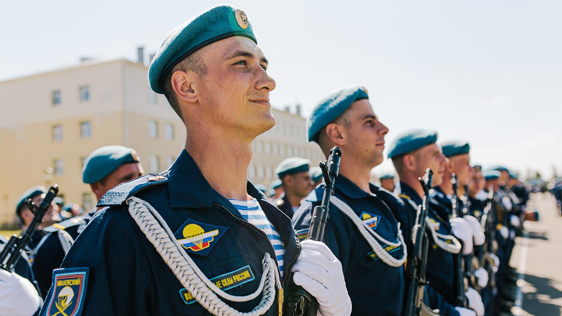Auf dem 88. Jahrestag der Gründung der Luftlandetruppen, Militärstützpunkt in Iwanowo