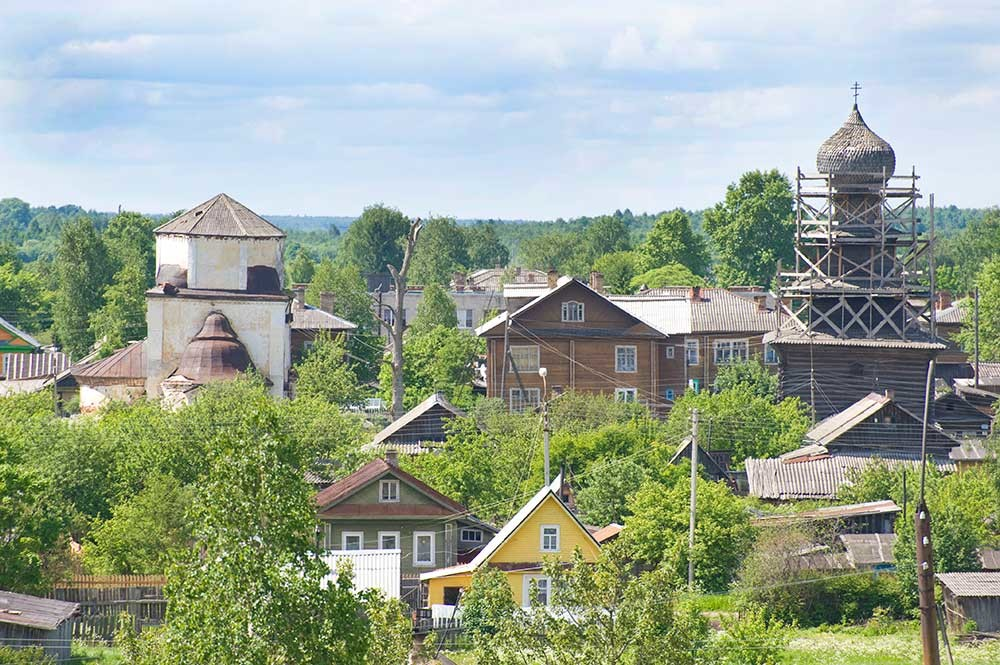 Vista da ovest dal bastione di Belozersk. A sinistra: Chiesa dell'Intercessione. A destra: Chiesa del profeta Elia sotto restauro provvisorio. 9 giugno 2010