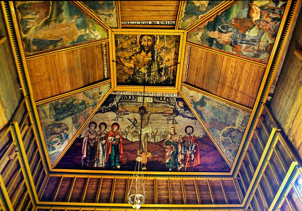 Chiesa del profeta Elia, interno. Dipinti a soffitto di Cristo e della crocifissione. 23 luglio 1999