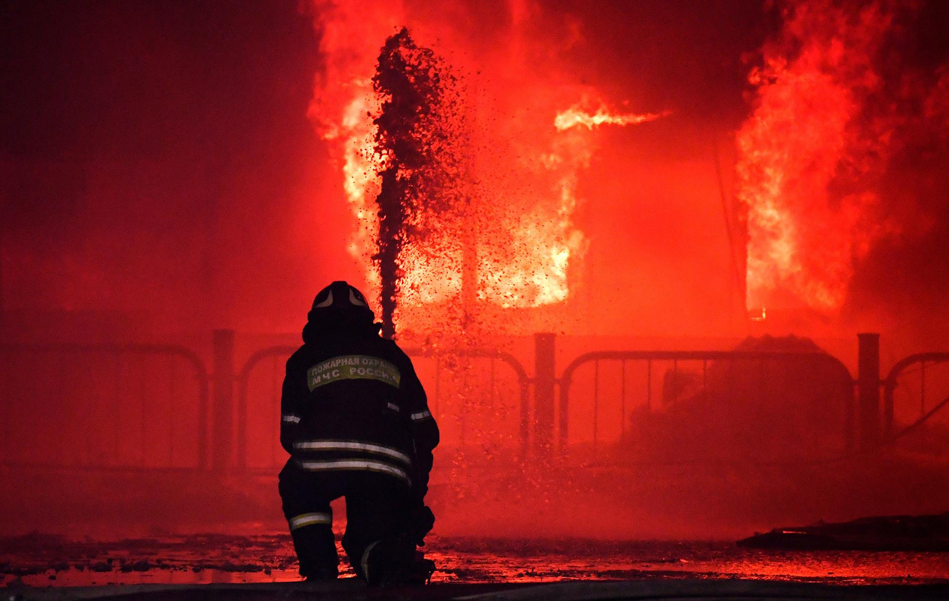 Bombeiros apagam incêndio em Moscou.