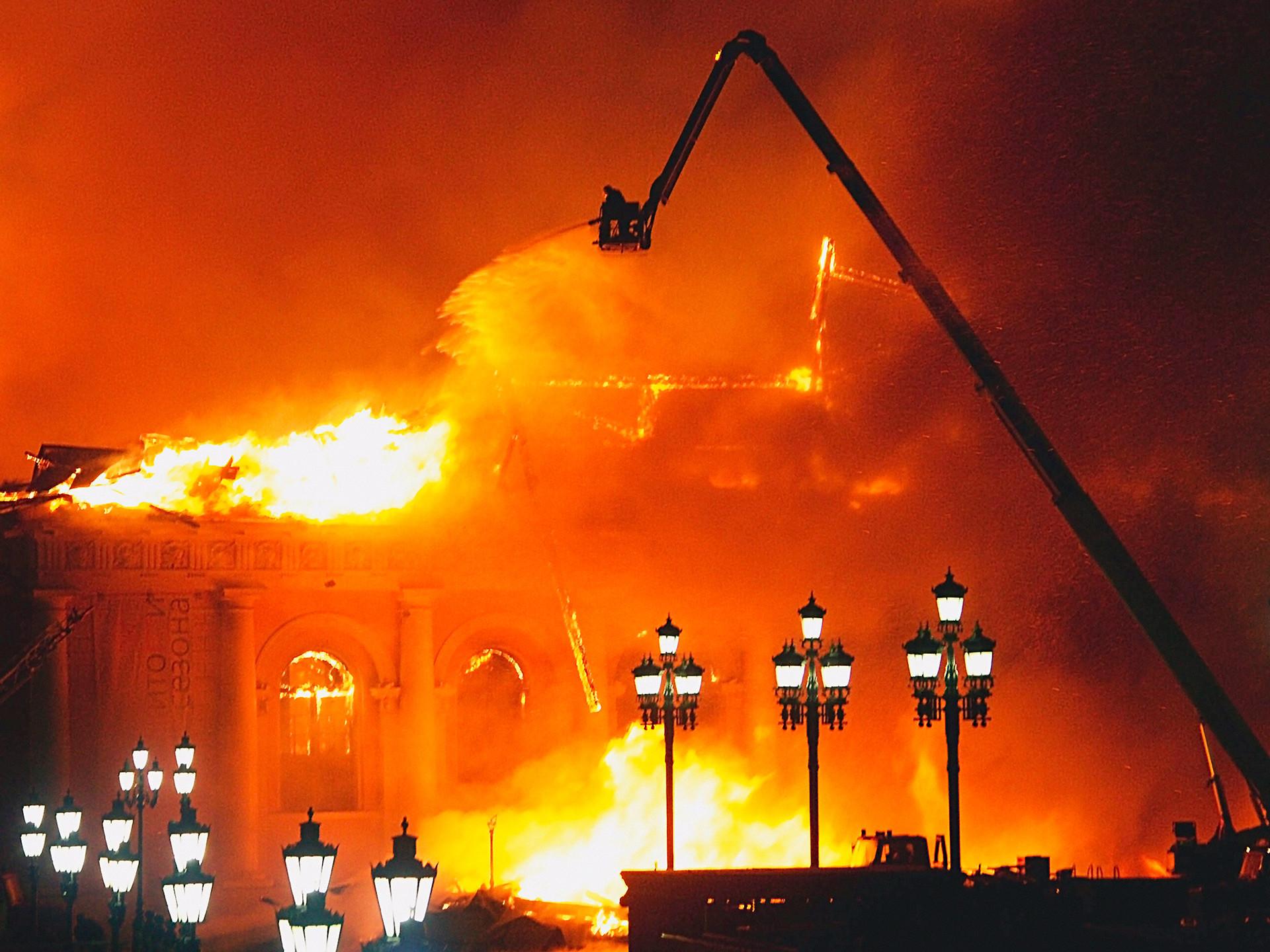 Incêndio no edifício Maniêj, em pleno centro de Moscou, em 15 de março de 2004.
