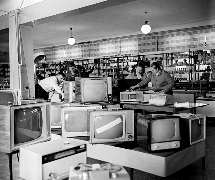 Elektronik-Abteilung in einem Kaufhaus in der Region Krasnodar, 1970