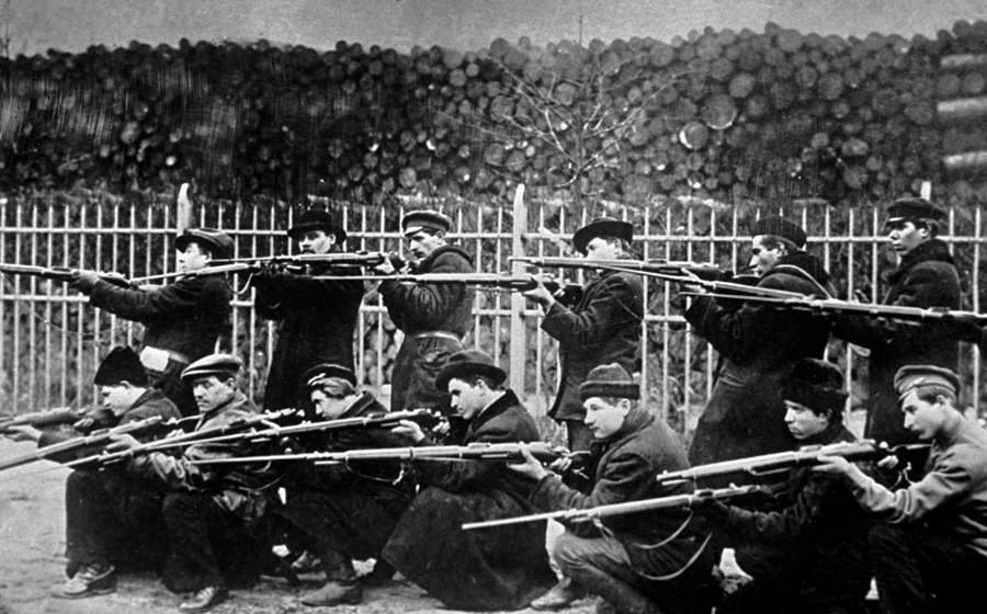 Trening Rdeče garde pred inštitutom Smolni