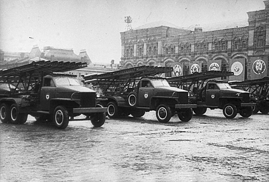 Perayaan Hari Kemenangan. Beberapa peluncur roket Katyusha mengikuti parade militer di Lapangan Merah, 24 Juni 1945.