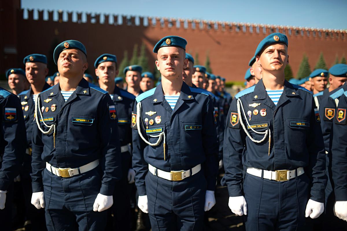 Personel militer selama perayaan Hari Penerjun Payung di Lapangan Merah, Moskow.