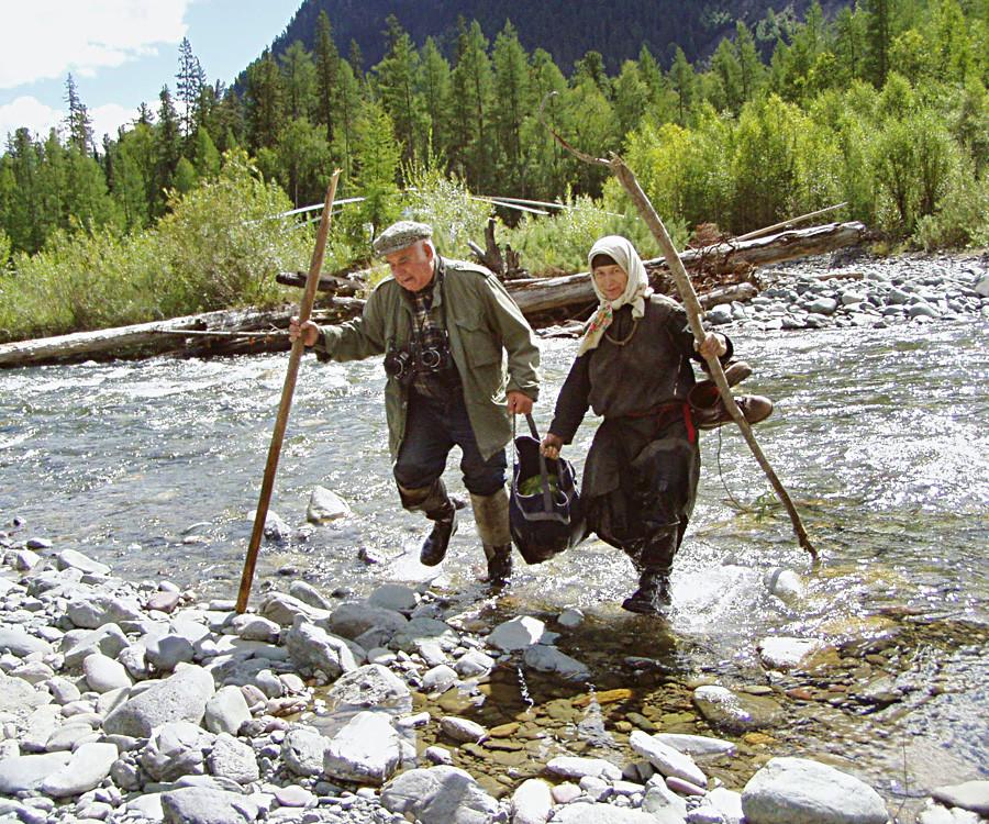 Novinar Vasilij Peskov in Agafija Likova pri prečkanju reke Jerinat leta 2004