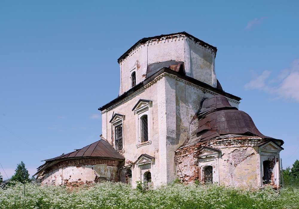 南東から見た生神女庇護聖堂の遺跡。2010年6月9日。