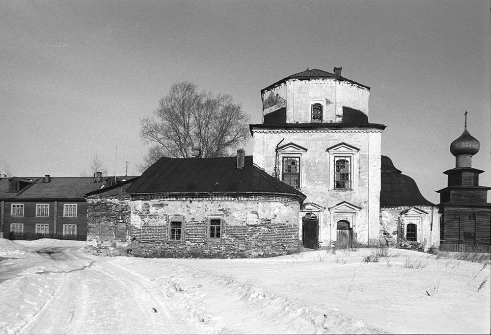 南から見た生神女庇護聖堂。1998年3月3日。