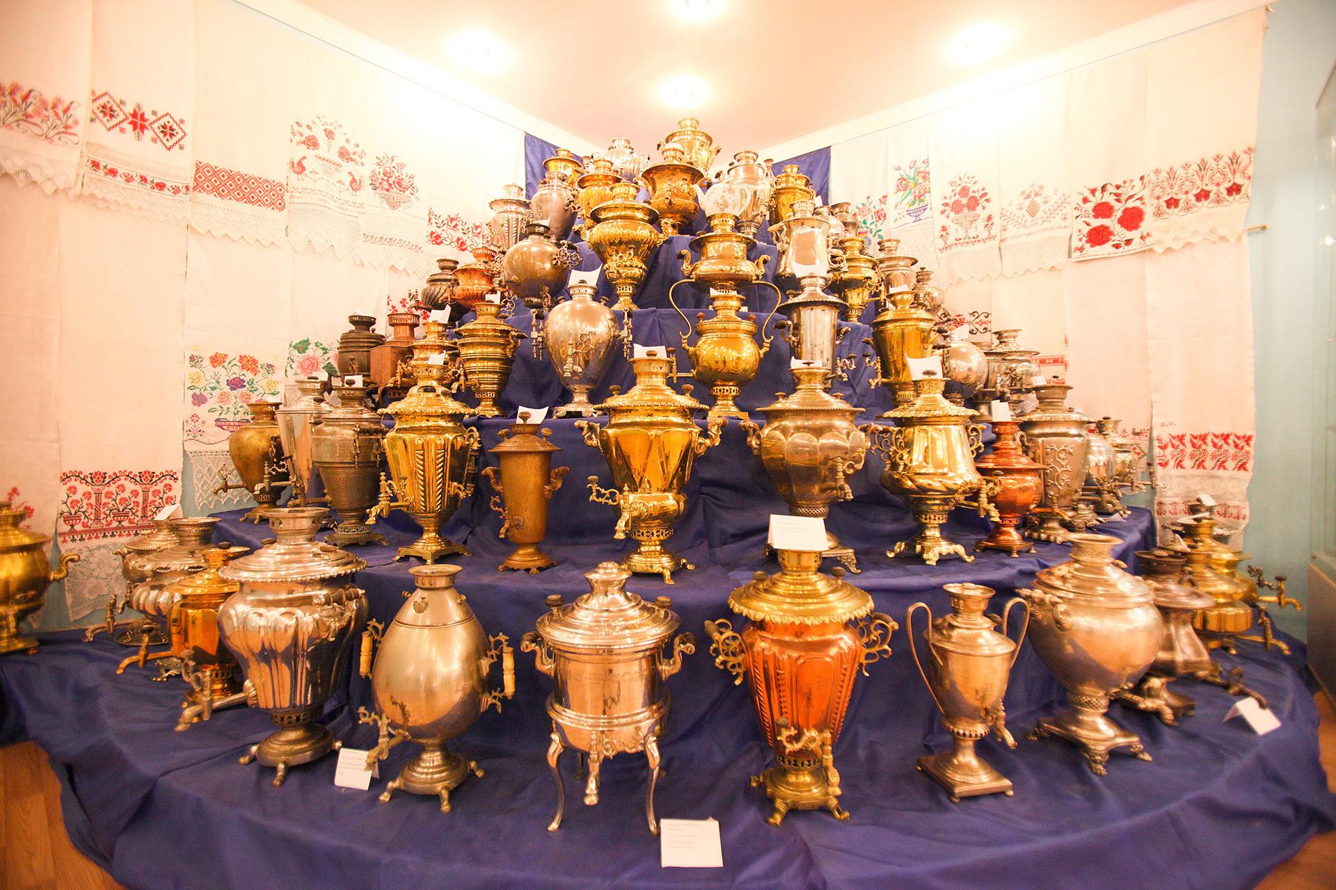 """Експонати музеја """"Руски самовар"""" у граду Касимову."""