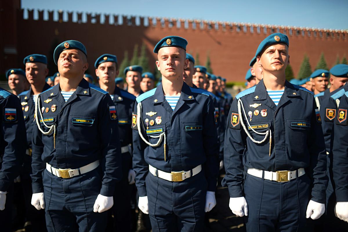 Contingentes militares durante a celebração do Dia dos Paraquedistas na Praça Vermelha, em Moscou.