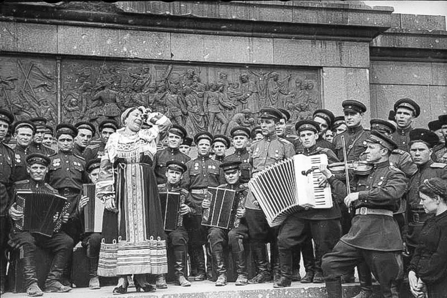 戦勝記念塔を背景に演奏しているリディア・ルスラーノワ。