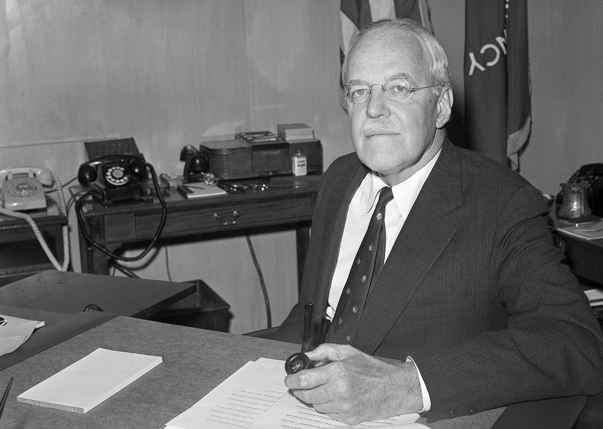 Direktor CIE Allen Dulles v svoji pisarni v Washingtonu