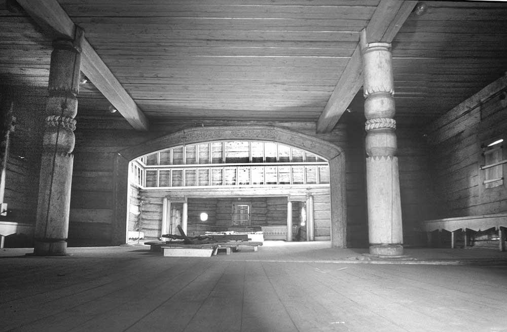聖イリヤ聖堂、内装。玄関から見える中央部と祭壇。1999年7月23日。