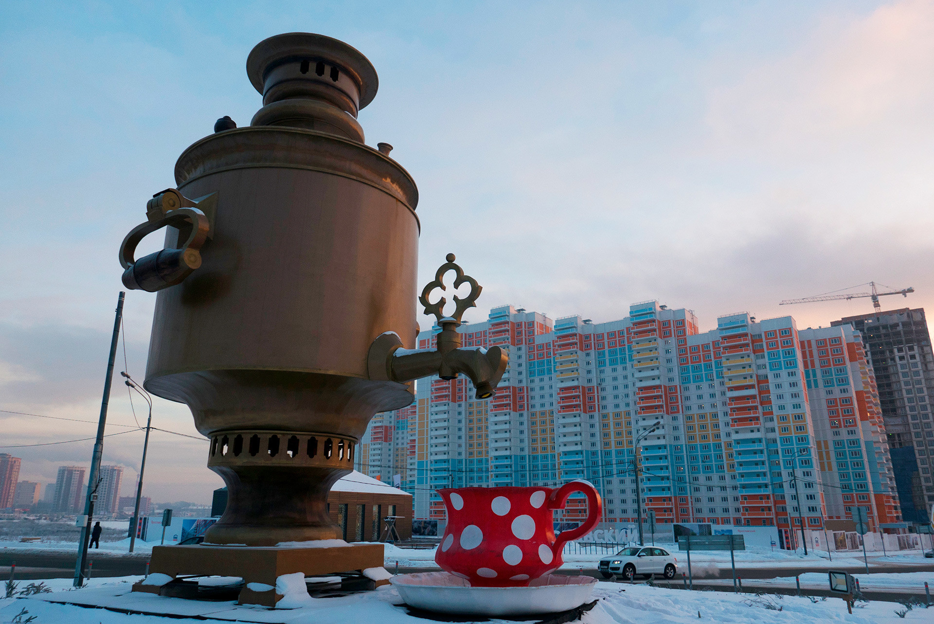 Escultura de samovar de oito metros de altura na cidade de Mitischi, nos arredores de Moscou.