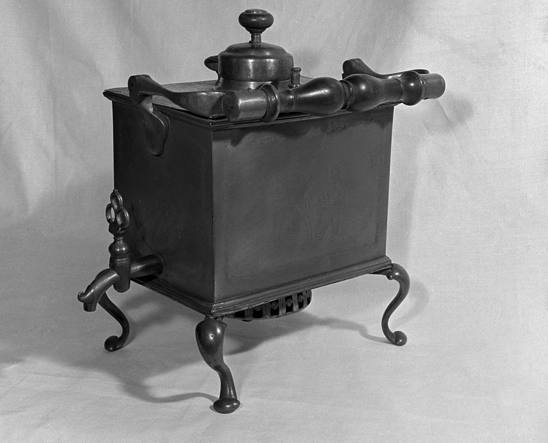 Ivan Lisitsin, o fundador da primeira fábrica de samovar de Tula, usava este aparelho do século 18 para viajar.