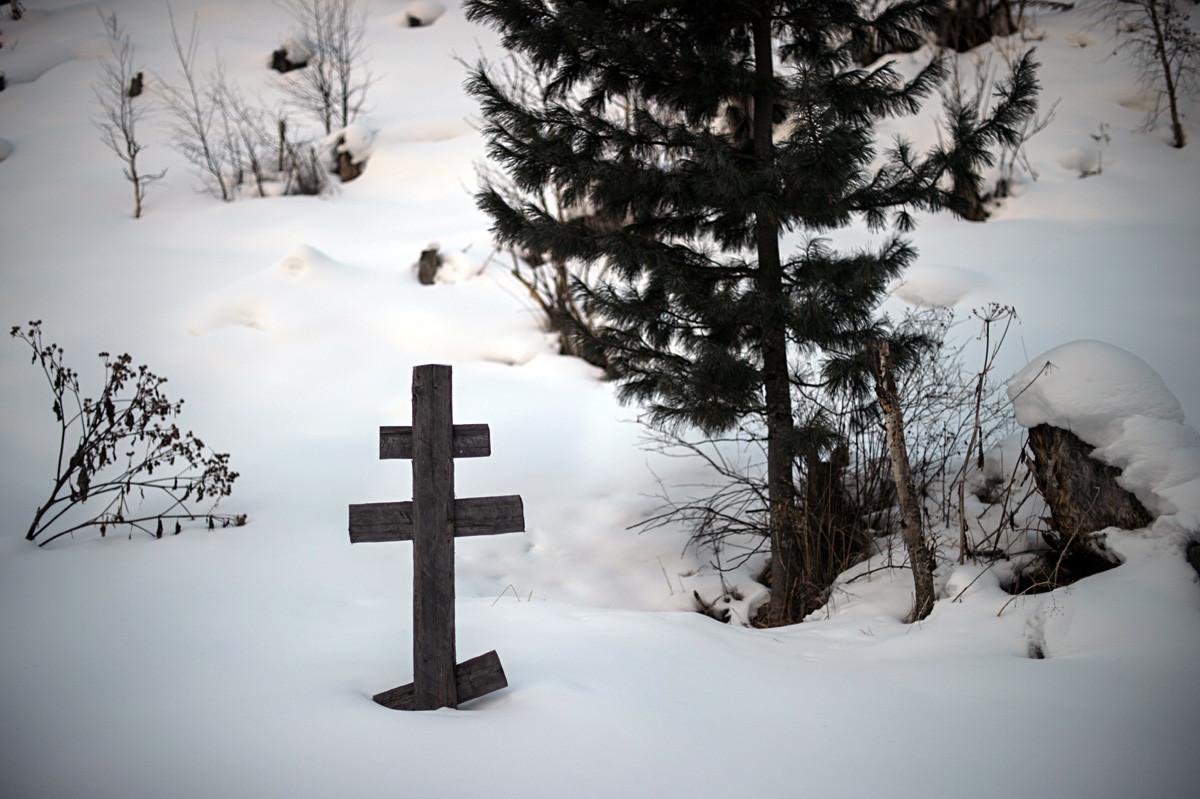 Cruz ortodoxa no túmulo do pai da família Likov.