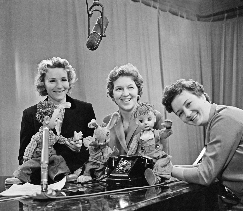 Pembawa acara TV Central Soviet Anna Shilova, Valentina Leontieva, dan Nina Kondratova (kanan-kiri) dalam syuting