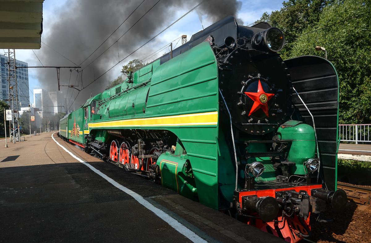 P36-0120蒸気機関車がグラジダンスカヤ・ホームに沿って走っている。「鉄道職員の日」のパレードの時。