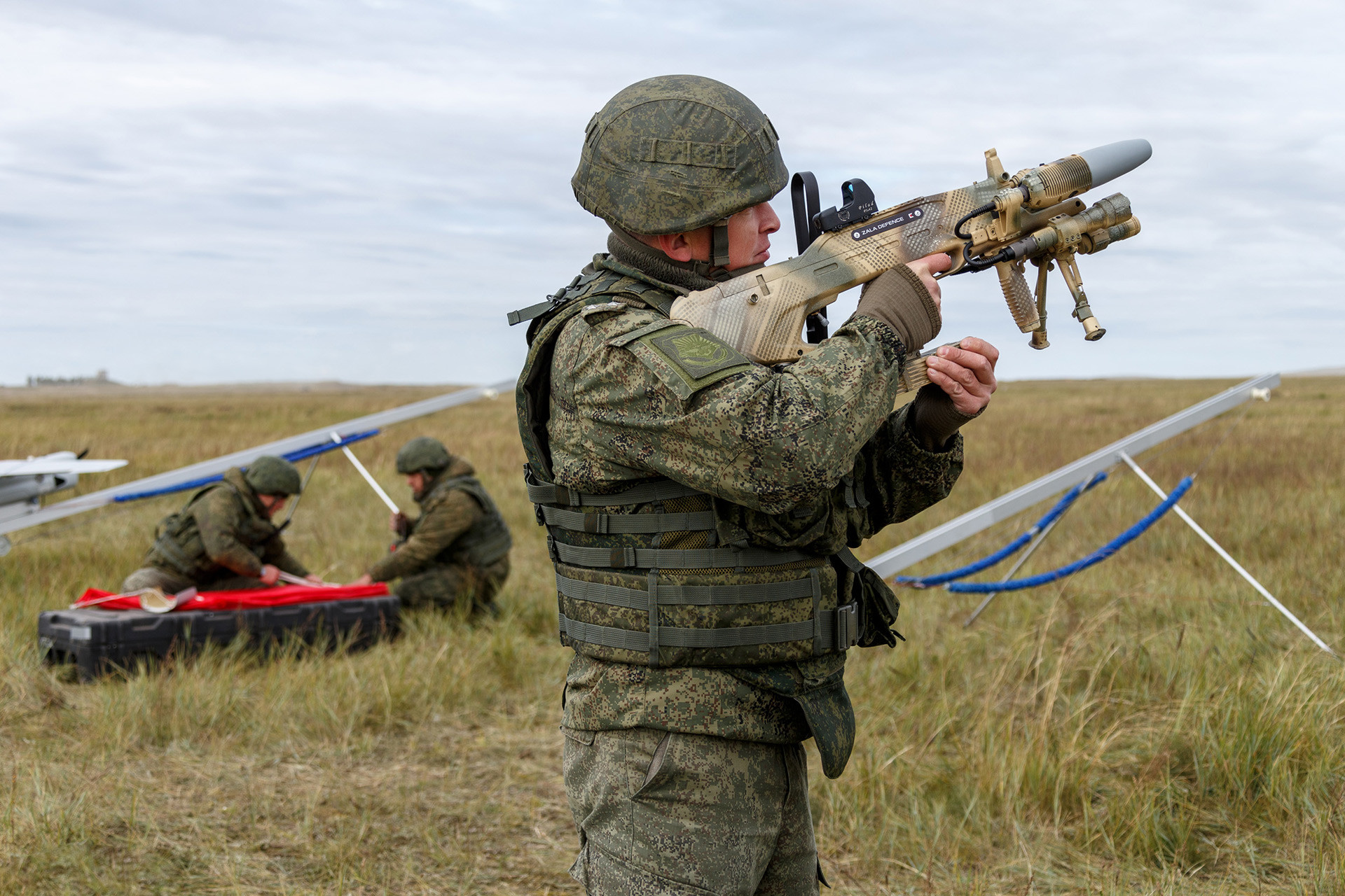 Soldado con el arma electromagnética antidrones REX-1.