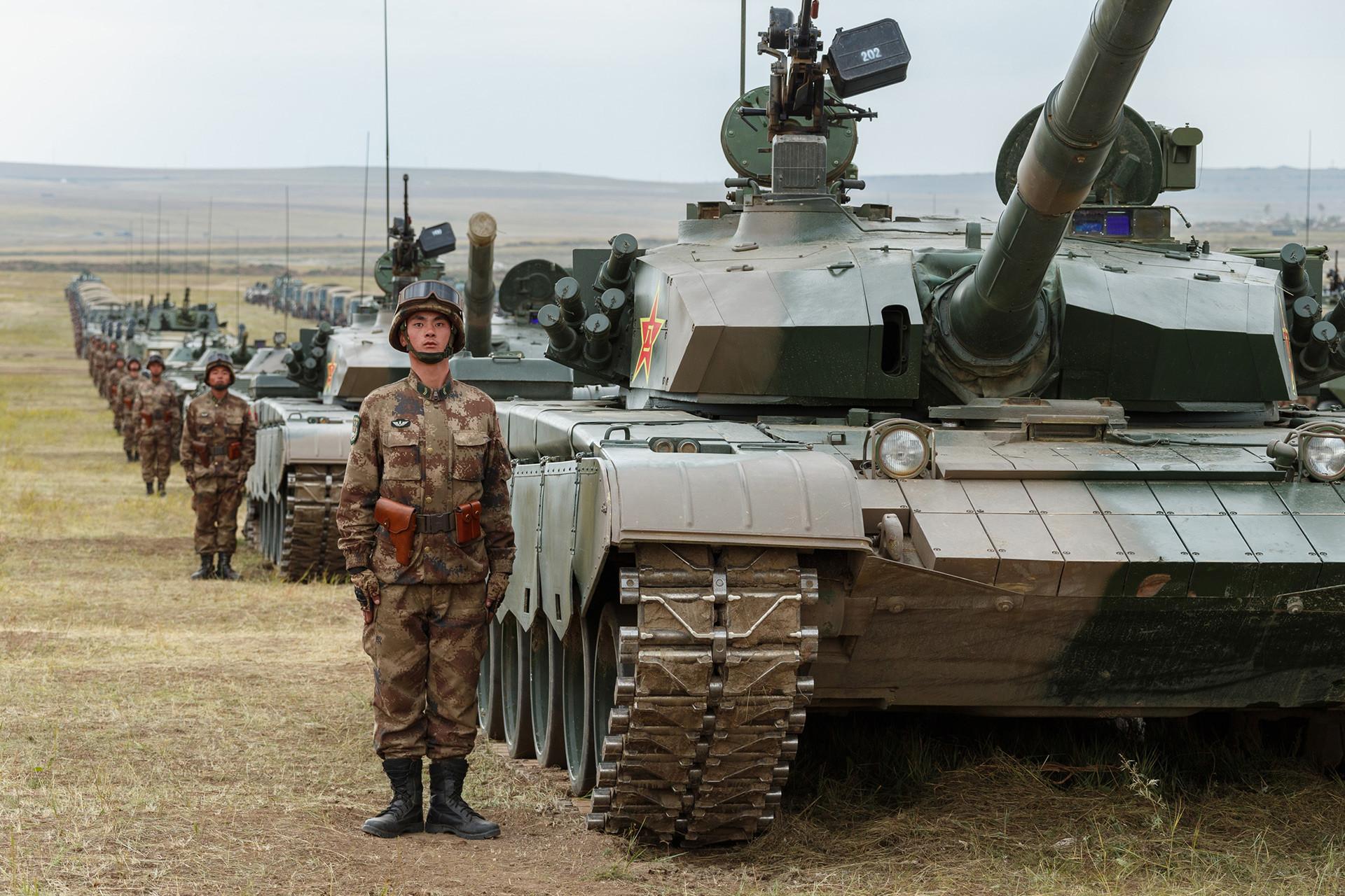中国人民解放軍陸軍の主力戦車「T-96A」(ZTZ-96A)。ツゴル演習場での露中合同軍事演習「ボストーク2018」に参加した車両・航空機によるパレードにて。