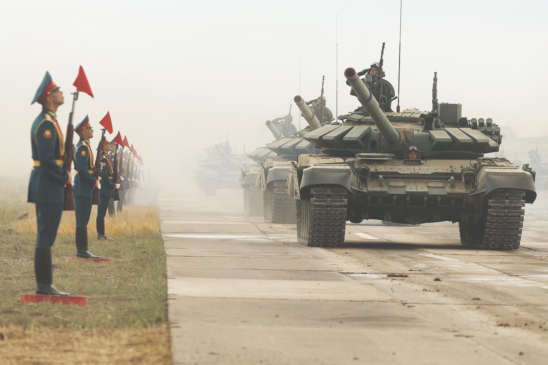 ロシア連邦軍の主力戦車「T-72B3」。ツゴル演習場での露中合同軍事演習「ボストーク2018」に参加した車両・航空機によるパレードにて。