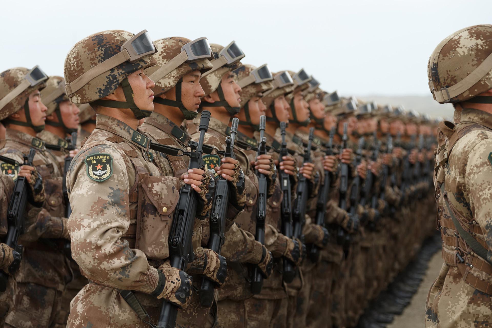 中国人民解放軍の兵士ら。ツゴル演習場での露中合同軍事演習「ボストーク2018」に参加した車両・航空機によるパレードにて。