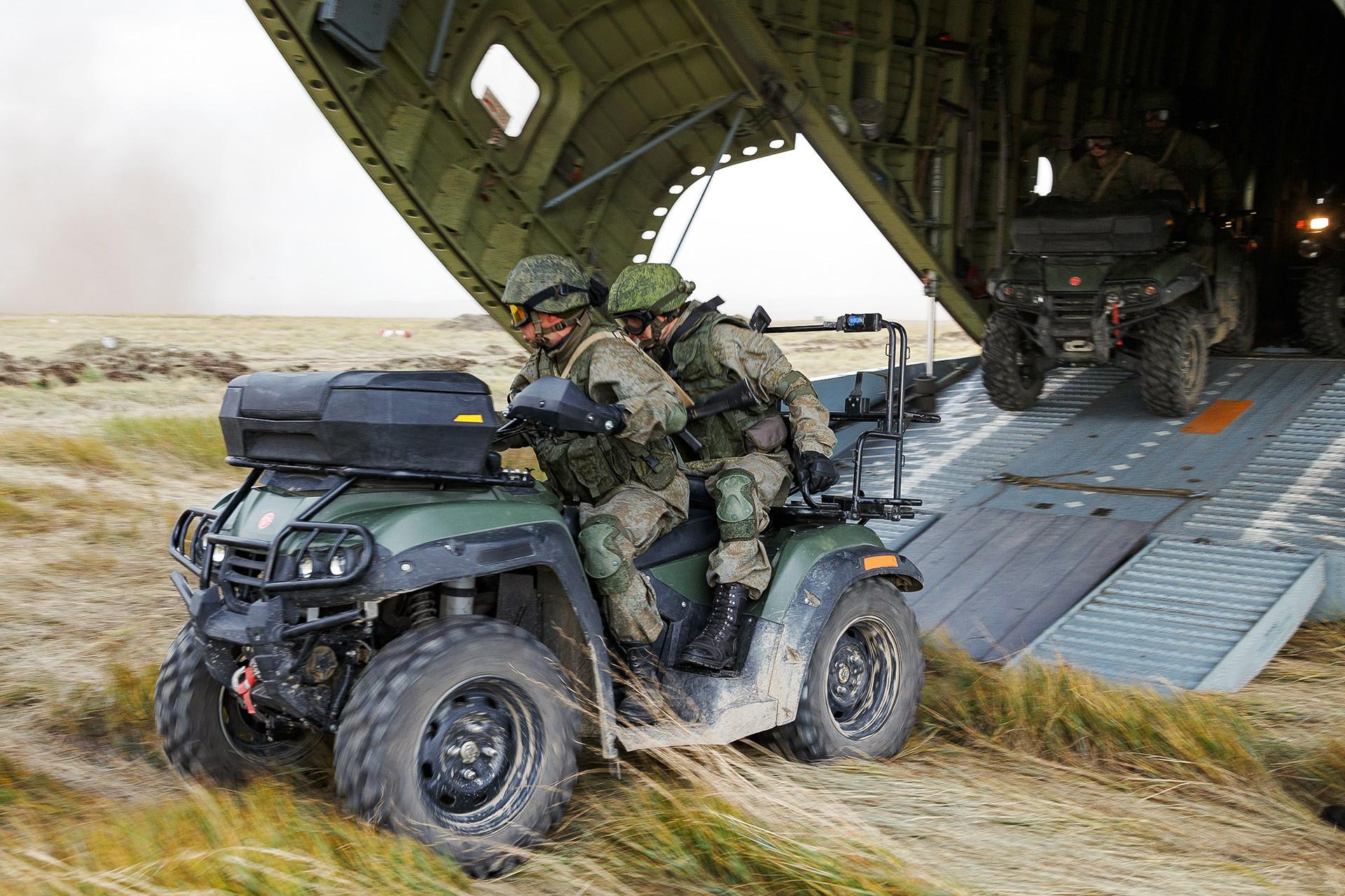 ロシア連邦軍の四輪車A-1。ツゴル演習場で行われた露中合同軍事演習「ボストーク2018」にて。