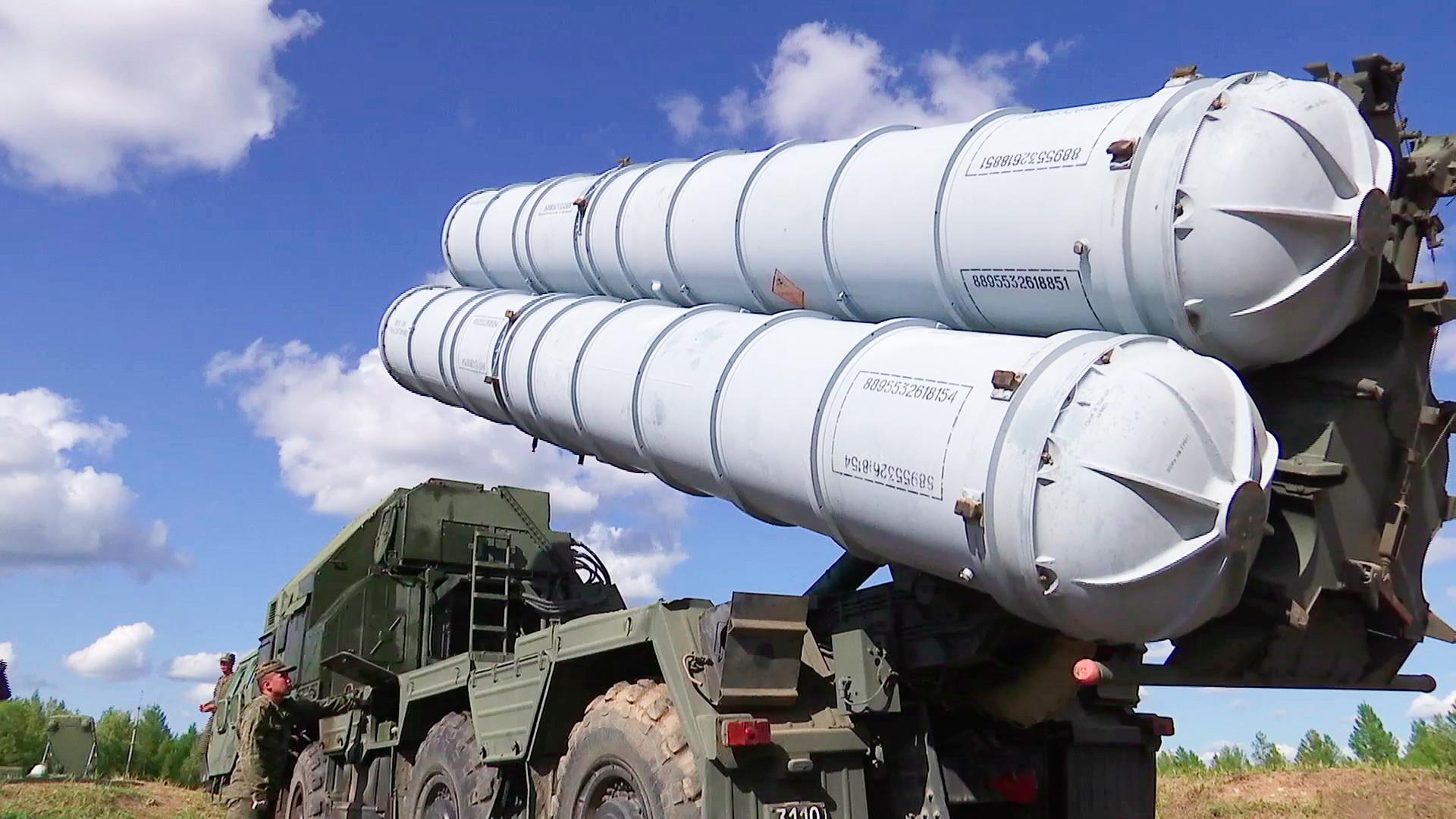 地対空ミサイルシステム「S-400」。軍事演習「ボストーク2018」を前に、テレムバ演習場で行われた中央軍管区と東部軍管区の対空ミサイル軍と防空軍の部隊の予行演習にて。
